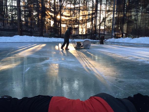 カメラマンの蓮井さん、氷の上に寝そべって激写中!